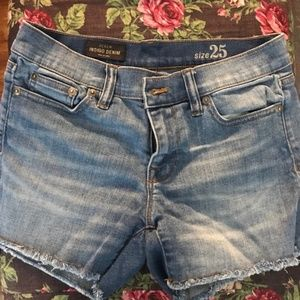 Adorable lightly frayed hem denim shorts.
